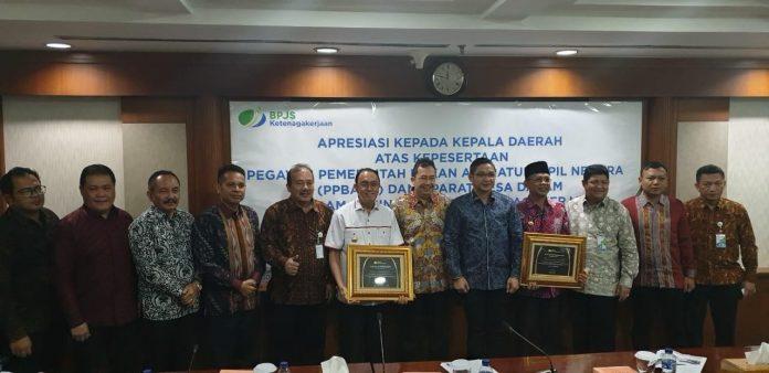 Suasana foto bersama Bupati ROR saat menerima penghargaan dari BPJS