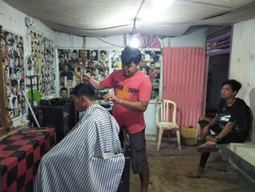 Suasana aktifitas di tempat cukur rambut Rusdi.Suasana aktifitas di tempat cukur rambut Rusdi.