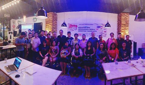 Foto bersama AMAN Sulut dan KPU Sulut, usai kegiatan sosialisasi di Cafe Mug and Jar Manado.