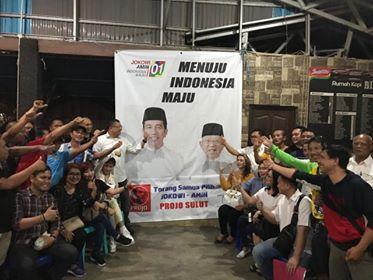 Foto bersama usai rapat Projo Sulut di Rumah Kopi Billy Kawasan Megamas.