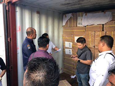 KPUD Minahasa saat menjemput langsung logistik suara di terminal peti kemas Bitung.