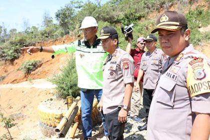 Kapolda Sulut saat meninjau lokasi longsor di tambang rakyat Desa Bakan. (Ist)