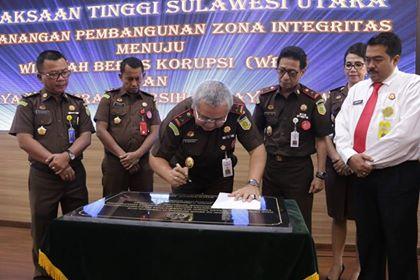 Kepala Kejati Sulut saat menandatangani Pakta Integritas di Kegiatan Pencanangan Pembangunan Zona Integritas 2019.