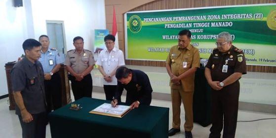Ketua PT Manado saat menandatangani Pembangunan Zona Integritas, disaksikan langsung Gubernur Sulut dan sejumlah pihak terkait.