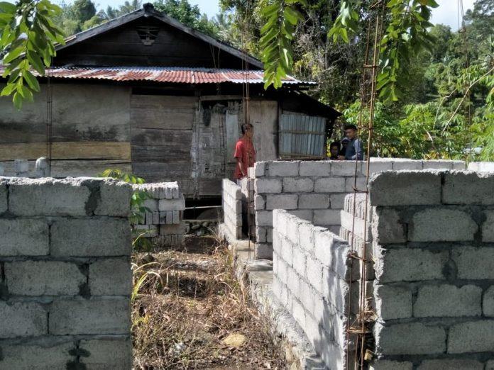 Kondisi rumah warga penerima RTLH di Desa Bukaka yang belum rampung, akibat proses penyaluran bahan bangunan belum sepenuhnya diberikan.