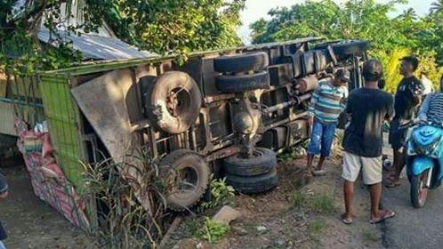 Kondisi truck pasca peristiwa lakalantas di Desa Bisingsingo, Kecamatan Sangkub, Bolmut.