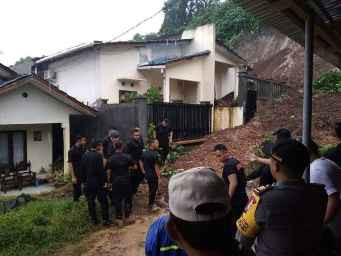 Proses evakuasi terhadap korban banjir dan longsor di Manado