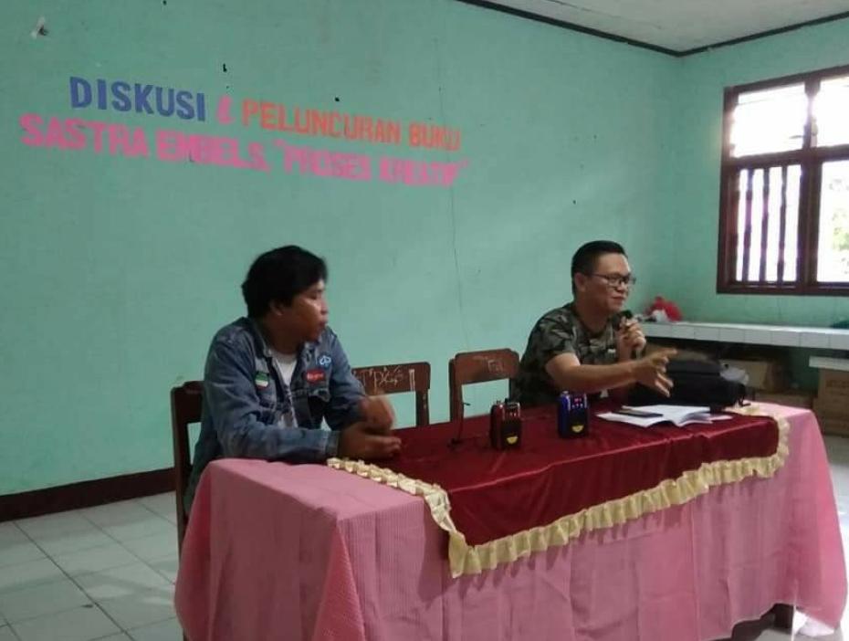 Alfrits 'Ken' Oroh bersama Director Komunitas Penulis MAPATIK, Rikson Karundeng dalam diskusi.