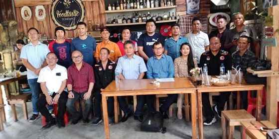 Suasana foto bersama usai kegiatan sosialisasi KPUD Minahasa di Cafe Foodtastik Tondano.