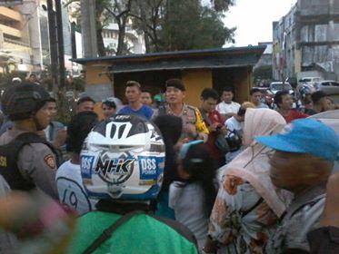 Suasana massa saat mengepung mobil JPU, begitu hendak keluar dari area kawasan Bank Bukopin.