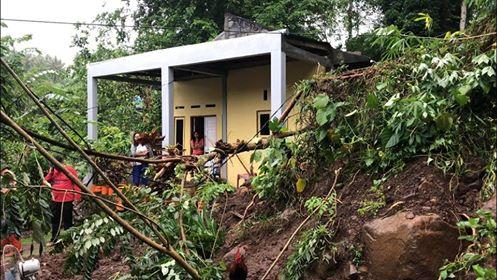 Suasana pasca longsor menghantam 4 rumah di Mandolang