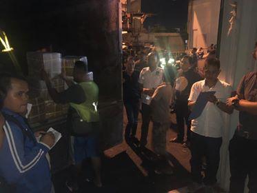 Suasana penjemputan logistik surat suara oleh KPUD Minahasa di pelabuhan Bitung.