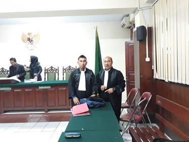 Advokat Janus Palilingan dan Jemmy Timbuleng usai persidangan.