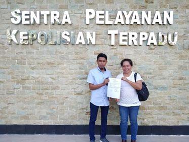 Agustince didampingi Kuasa Hukumnya saat melaporkan GKIC Manado ke Mapolda Sulut