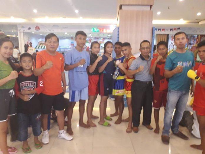 Kepala Dispora Boltim saat mendampingi para atlit Wushu Boltim mengikuti kompetisi di Manado.
