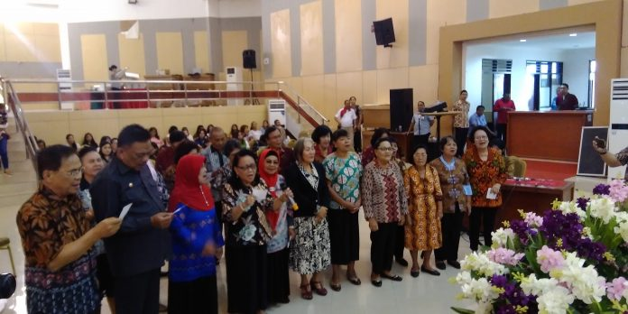 """Ketua KUD """"Wenang"""" bersama Gubernur Sulut saat ikut membawakan puji-pujian di tengah-tengah kelompok Lansia KUD """"Wenang"""""""
