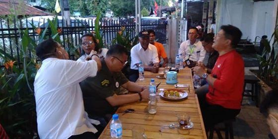 Ketua Projo Sulut bersama Ketua Foreder Sulut, Ketua Sedulur Jokowi Sulut dan sejumlah Relawan Jokowi gelar pertemuan di salah satu rumah kopi jalan siswa, Kota Manado.