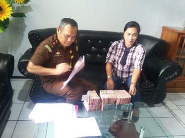 Proses pengembalian ratusan juta kerugian negara dalam perkara korupsi DAK Pendidikan Minahasa 2012 di Kejari Tondano.