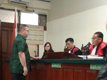 E2L saat bersaksi di sidang perkara korupsi yang dipimpin Ketua PN Manado, Lukman Bachmid.