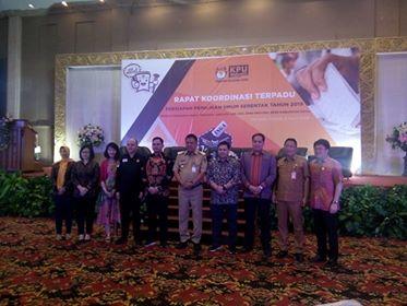 Gubernur Sulut foto bersama KPU, Ketua DPRD Sulut dan pejabat lainnya di moment Rakor Kesiapan Pemilu Serentak 2019.