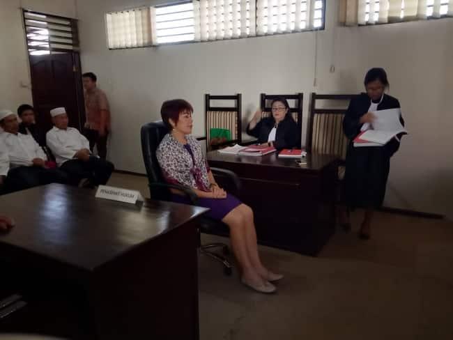 Terdakwa Asrit Pakasi saat menjalani sidang tuntutan di PN Manado.