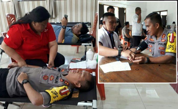 Kapolres Sirait saat membuka kegiatan dengan mendonorkan darahnya. (ist)